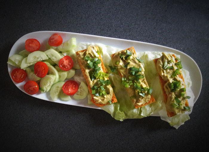 guacamole na placce z červené čočky
