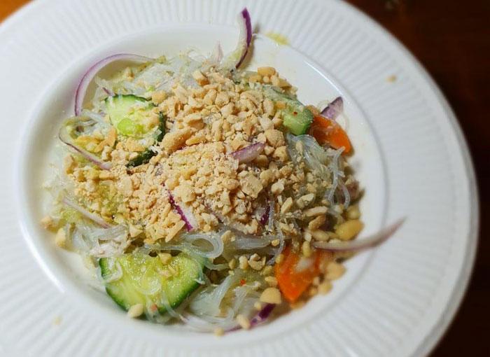 kureci salat se sklenenymi nudlemi od terky